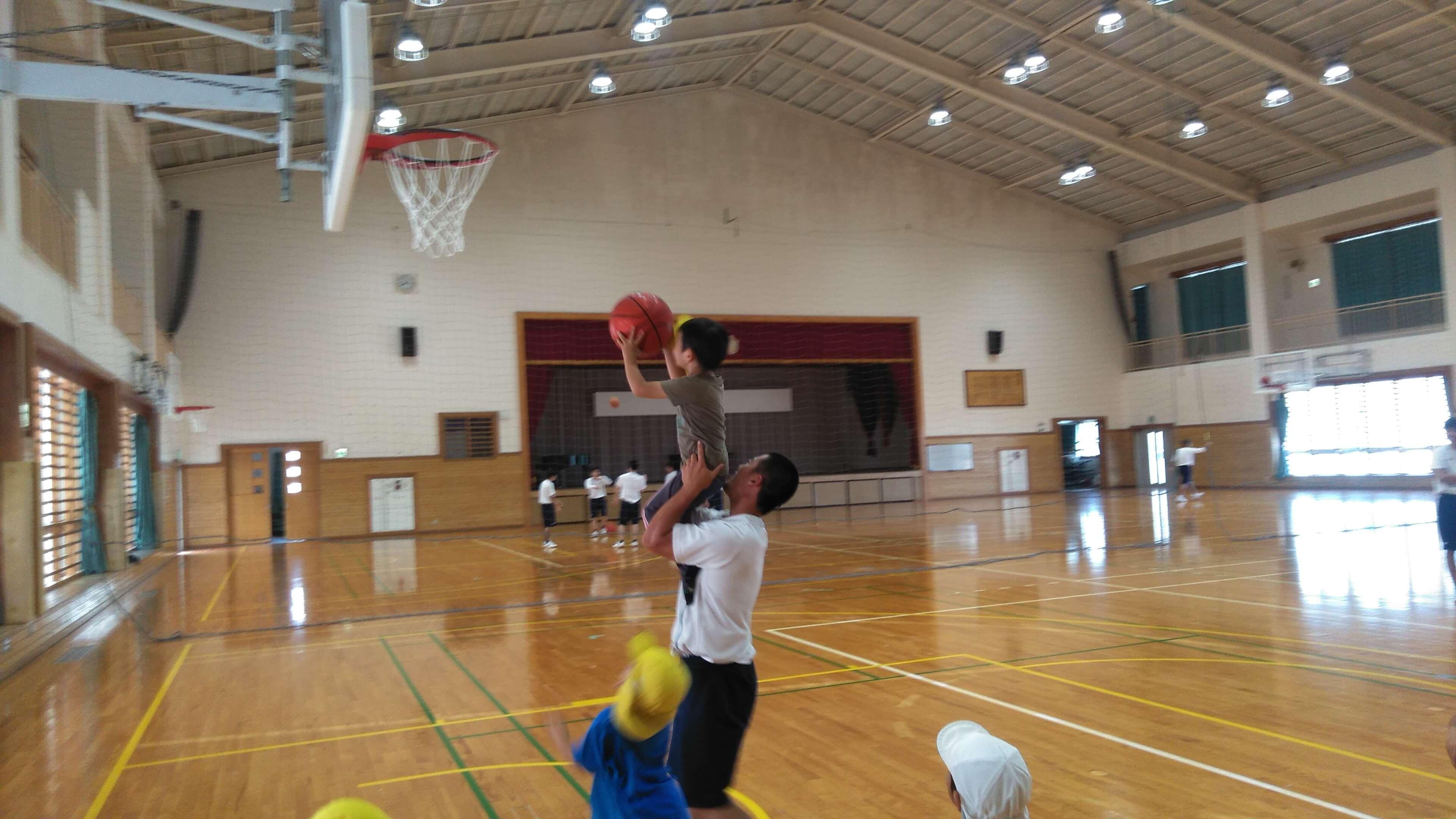体育館でバスケットボール体験。ボールが重くてゴールまで届きませんでした