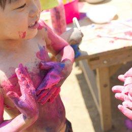 身体もキャンバス!全身カラフルで楽しむ、屋外での造形遊び