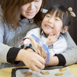 地域子育て支援施設「ちきんえっぐ」で米粉を使ったクッキー作り