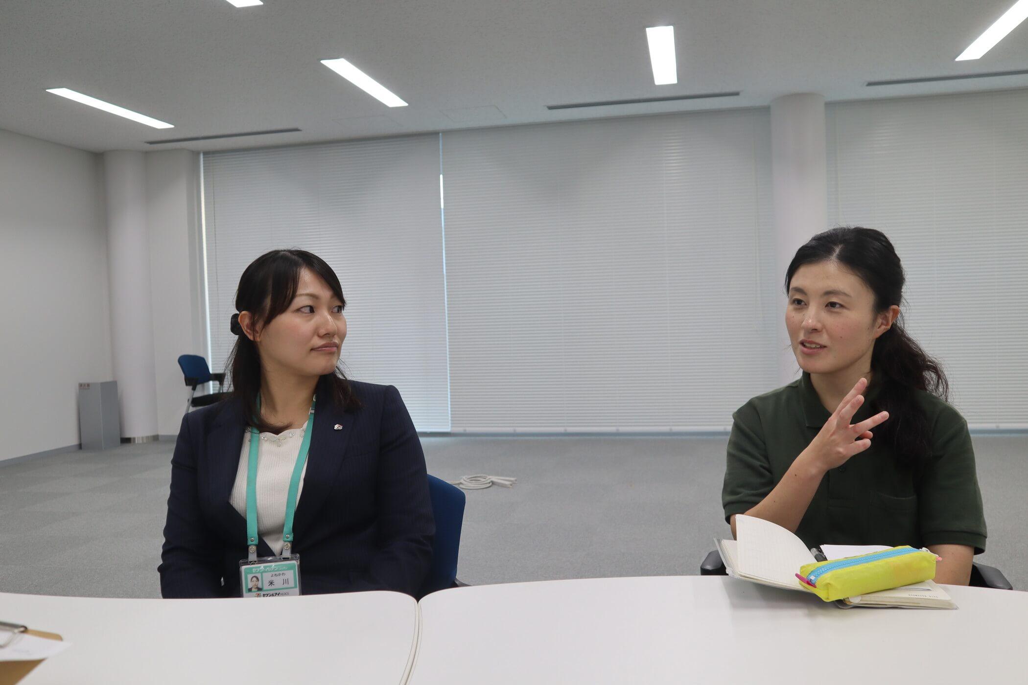 左はセブン-イレブン・ジャパン米川さんと右上海園長