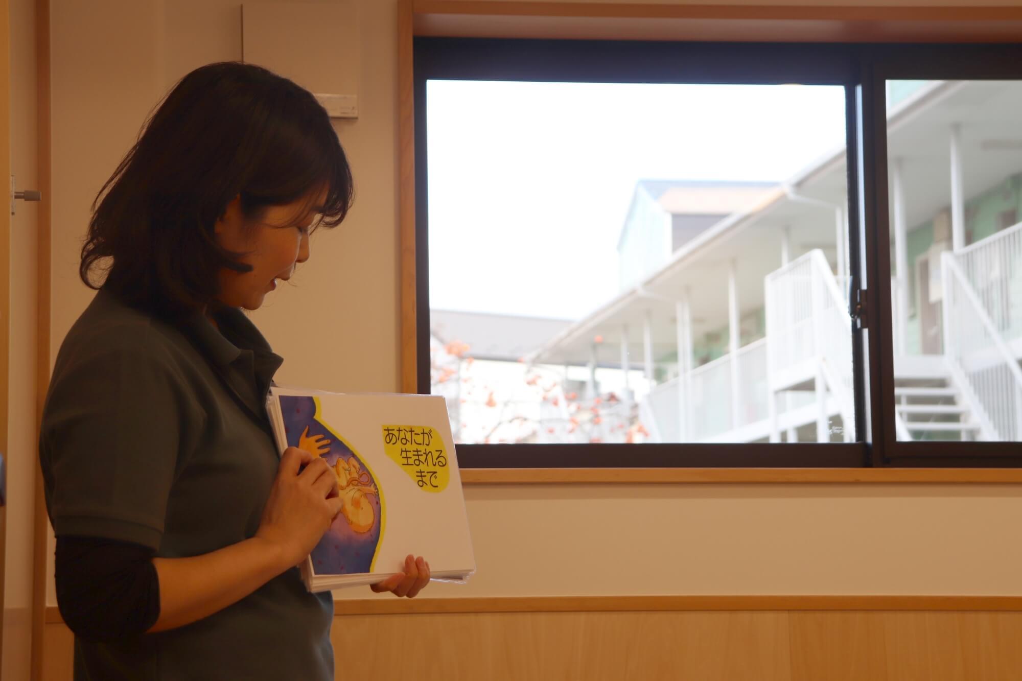 赤ちゃん誕生の紙芝居を読む三浦さん