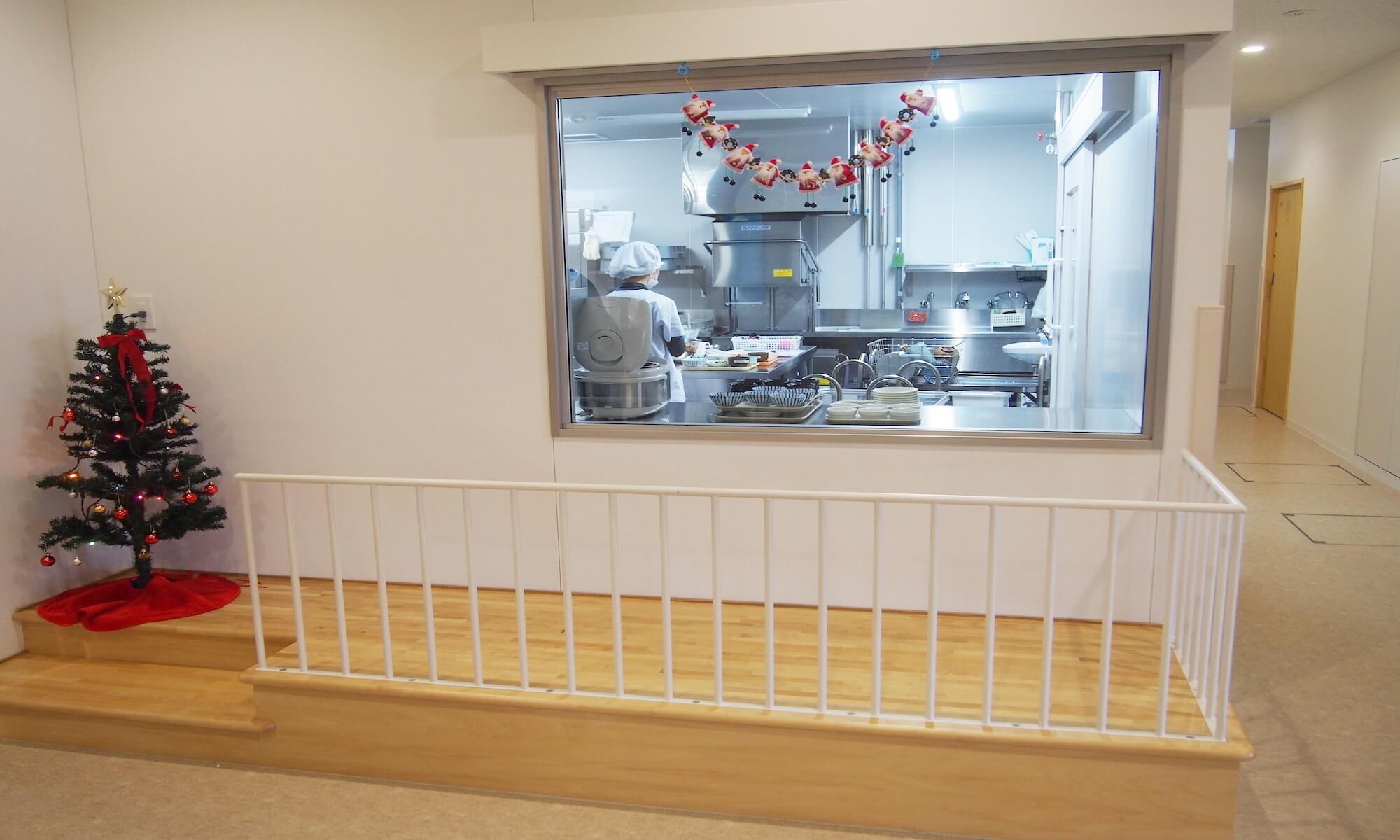 大きな窓、また台を設置し小さい子でも気軽に調理室を覗けるように