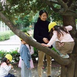 園児の木登りを見守る保育士の橋本さん