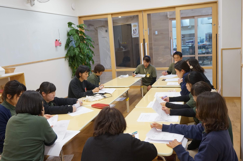 研修で話を聴く職員たち