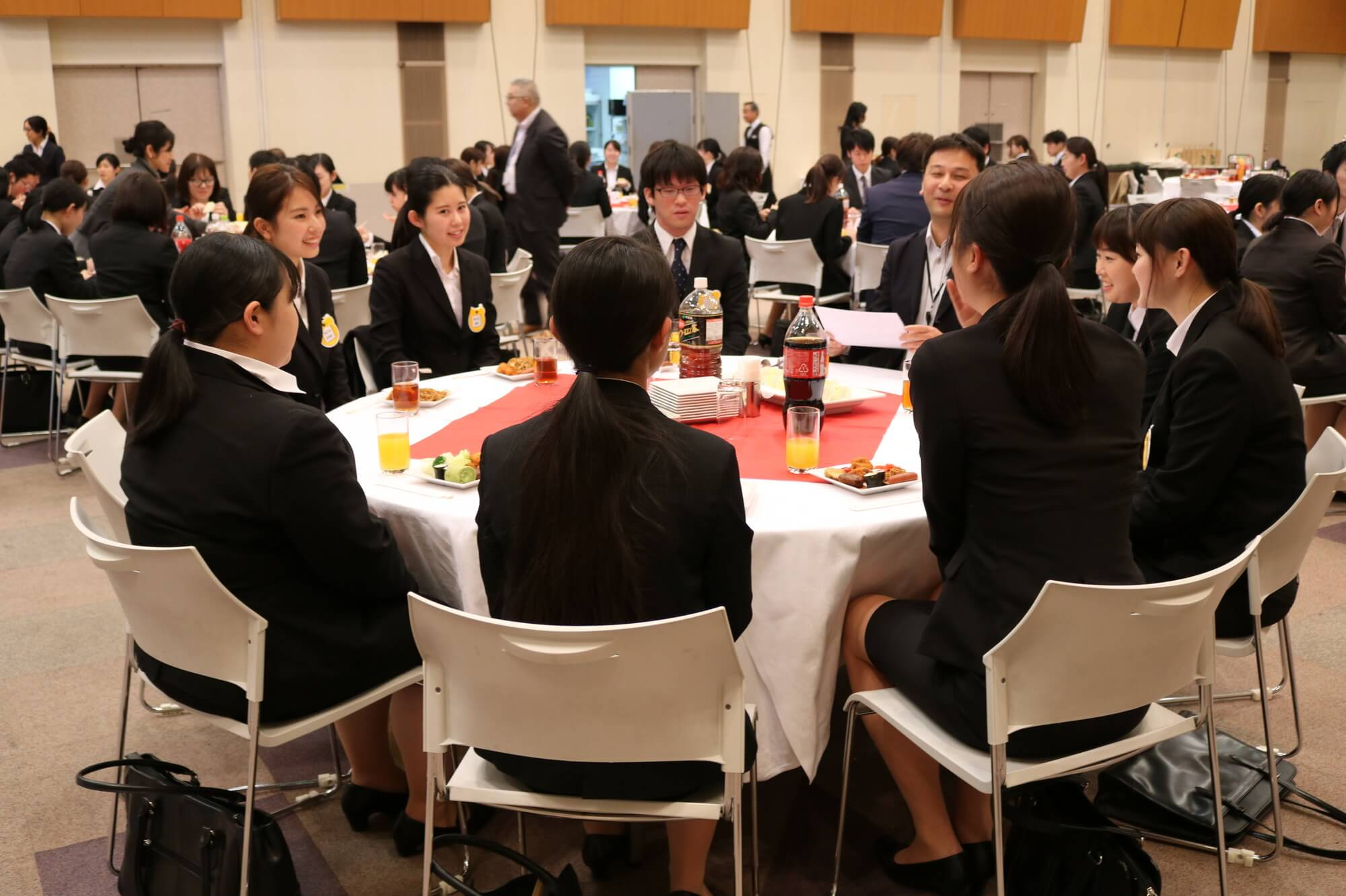各テーブルで交流する本部職員と新入職員
