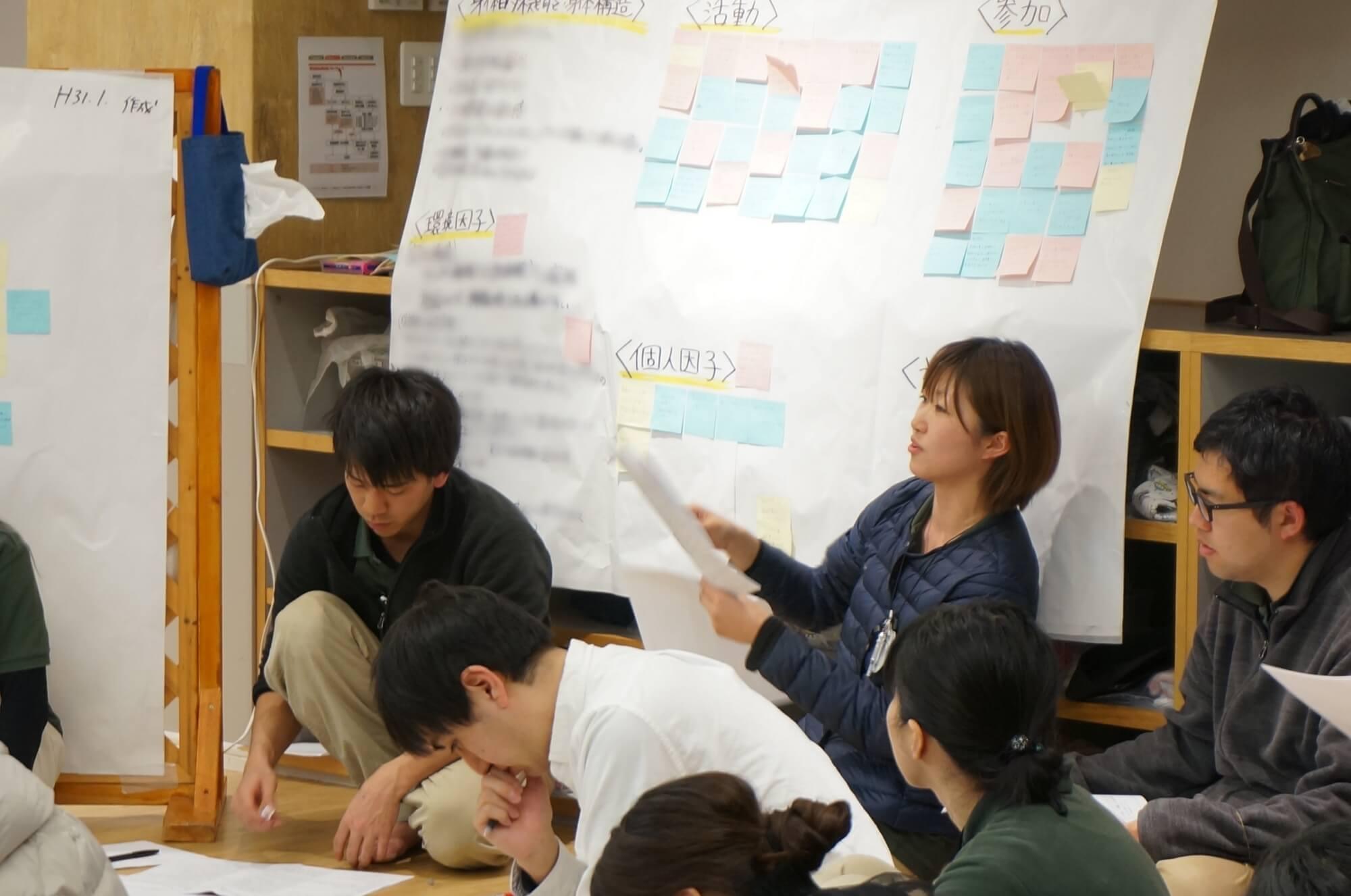 子どもの様子を説明する駒沢どろんこ保育園職員