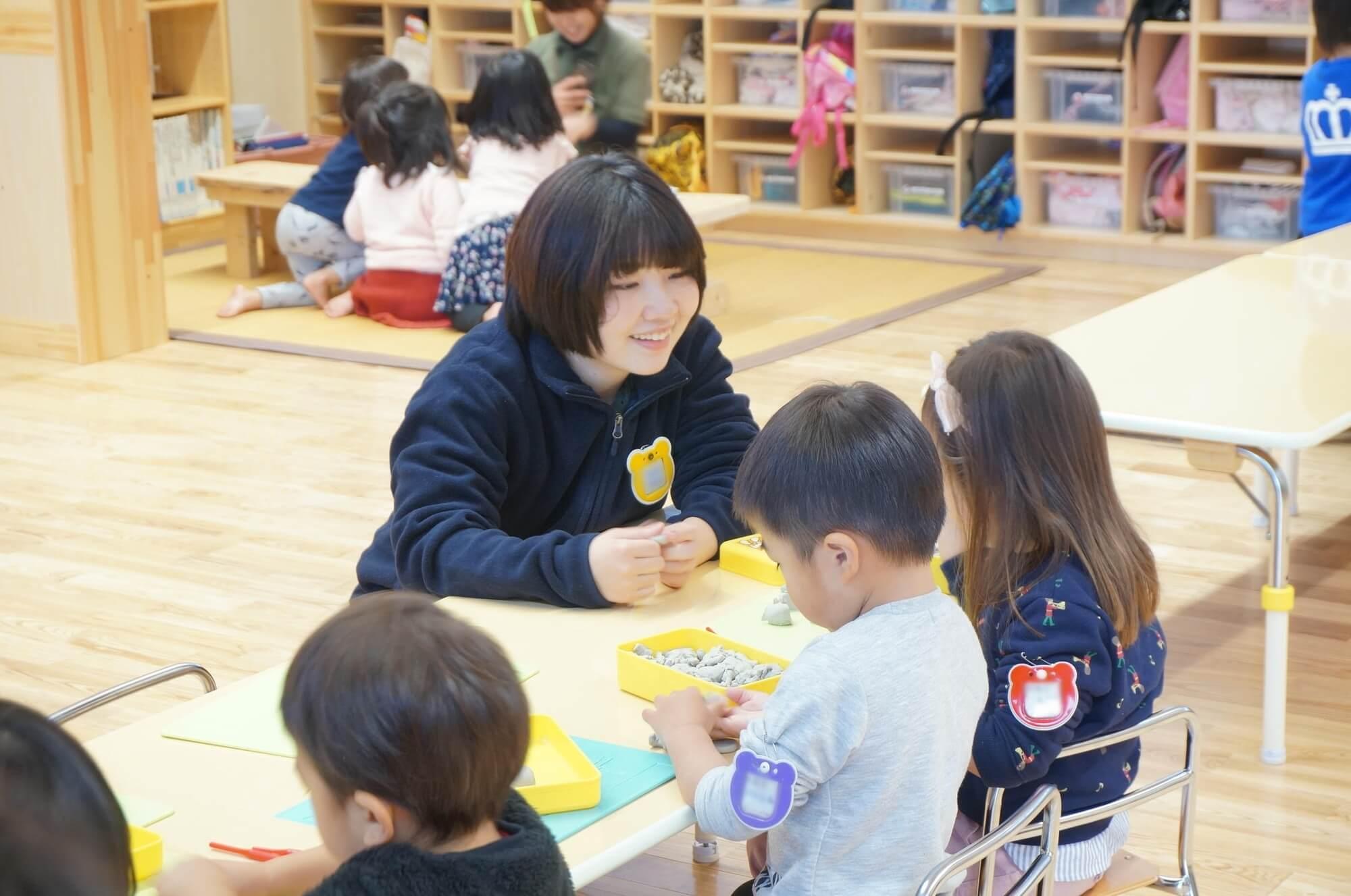 園児と遊ぶ浅野さん