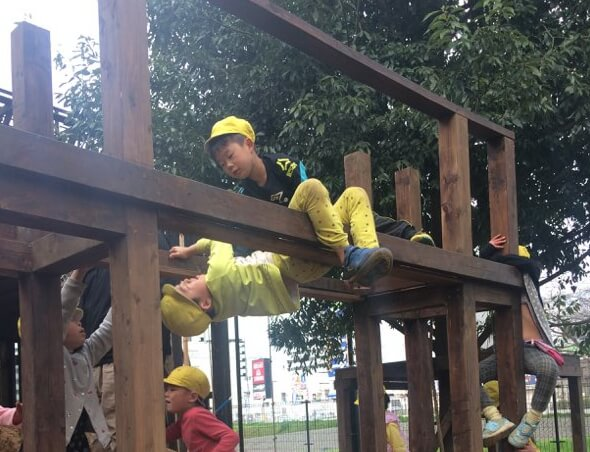 渡橋で遊ぶ子どもたち