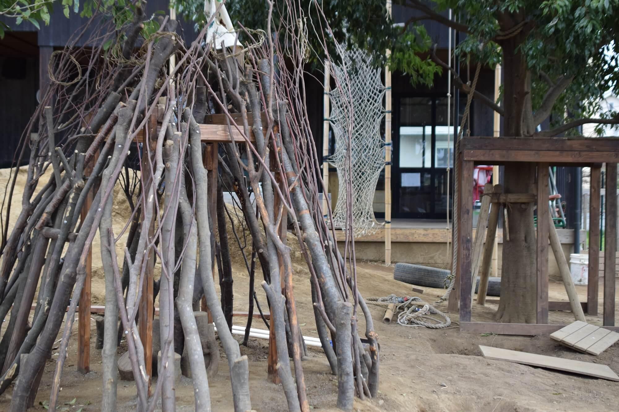 左手前は18年度卒園生が集めた木を使って作った小屋