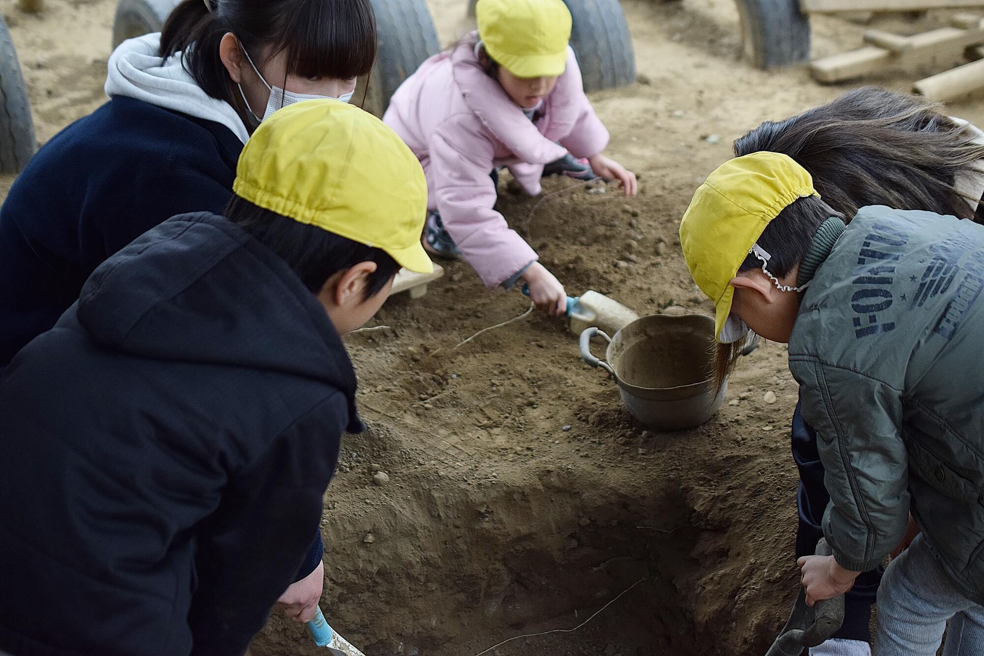穴掘りを手伝う子どもたち