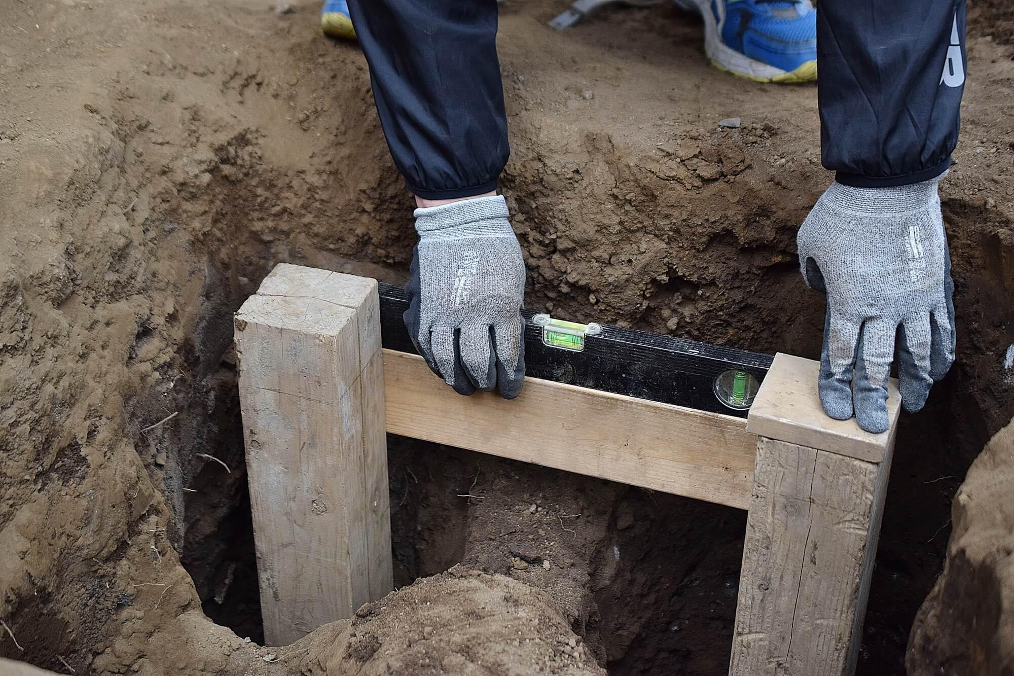 掘った穴の深さ・水平を確認