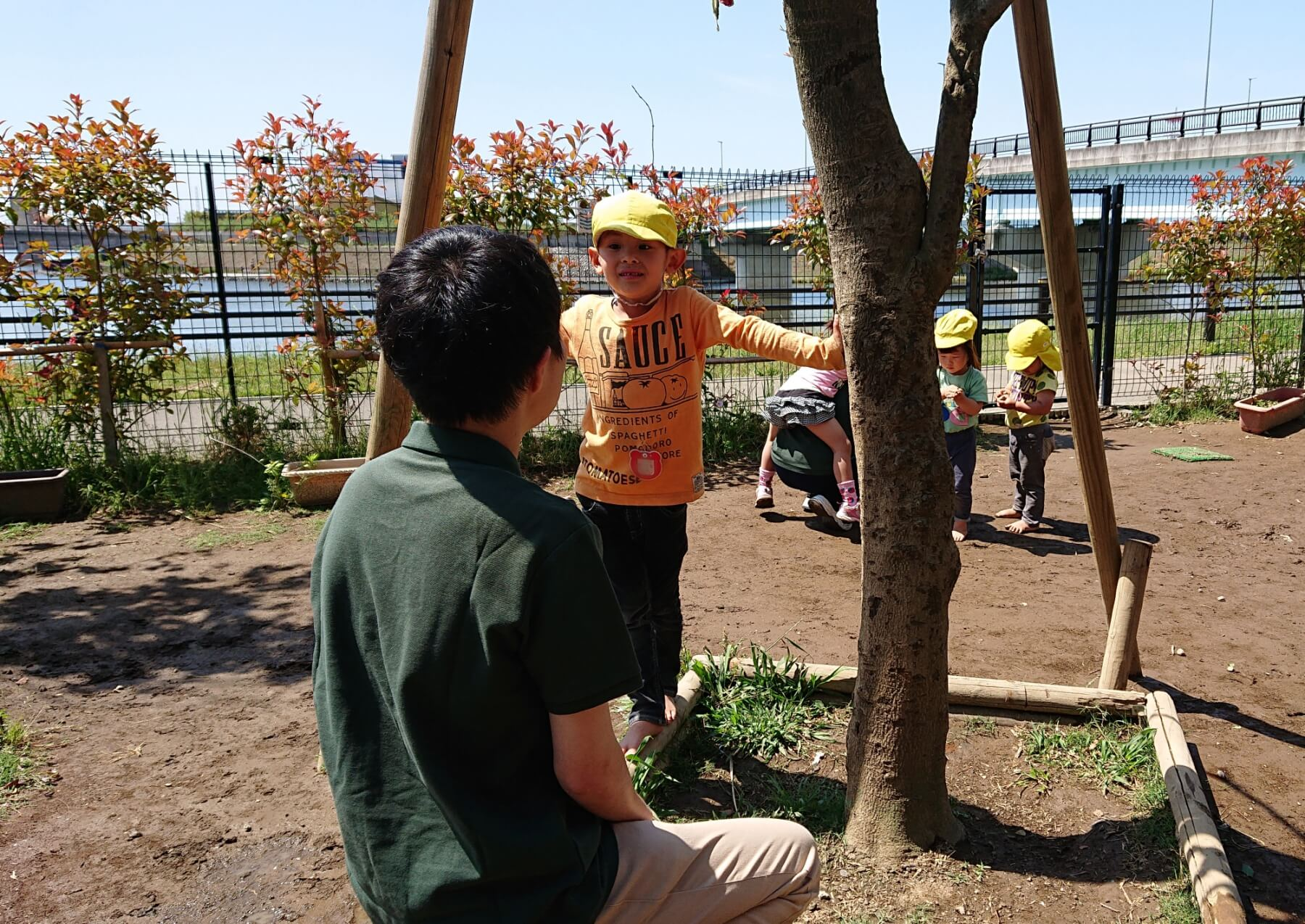 参加した学生に話かける園児