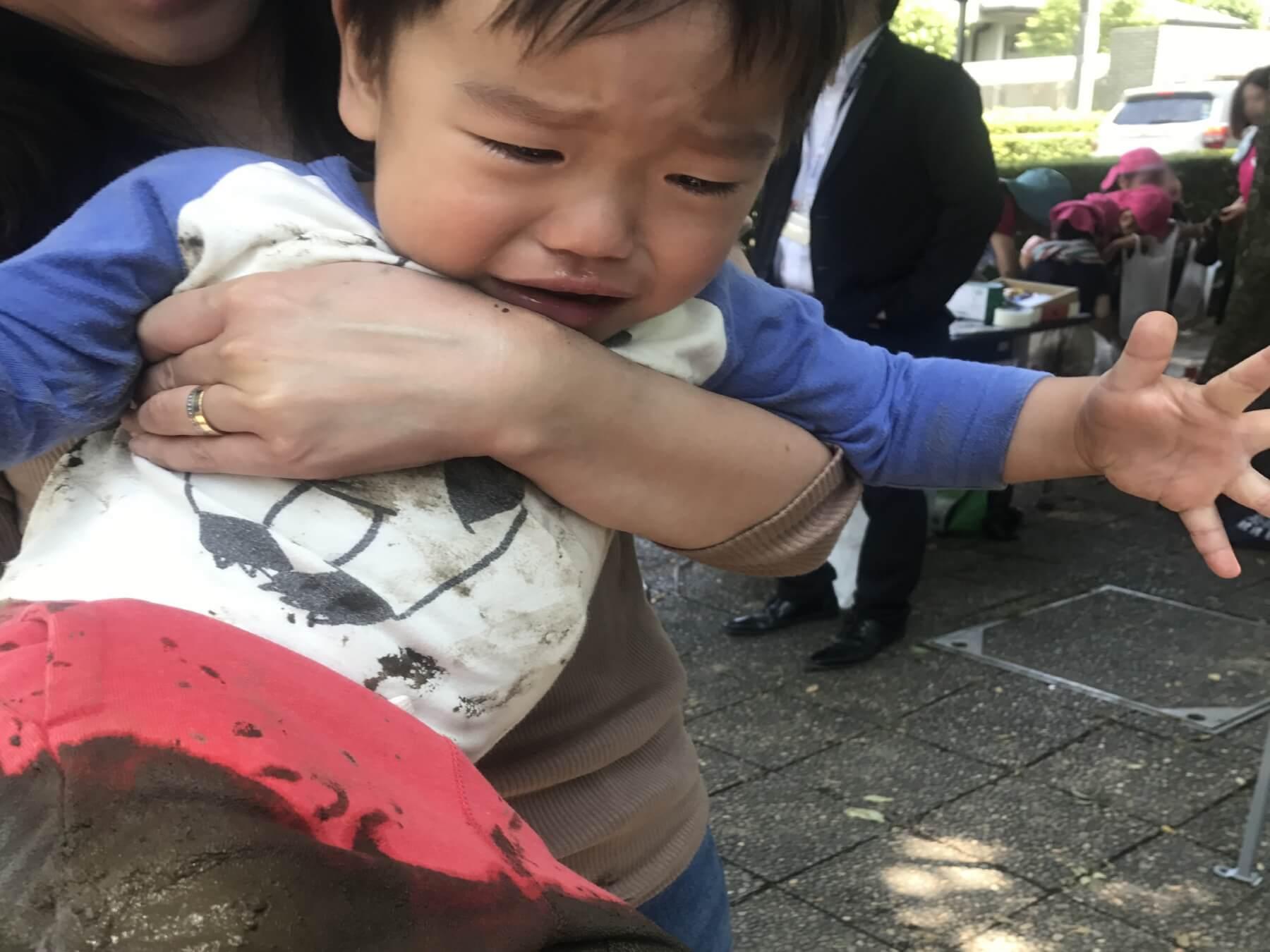 泥だらけの感触に泣いてしまった子ども