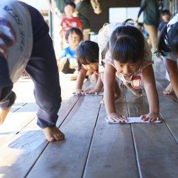 雑巾がけをする園児たち