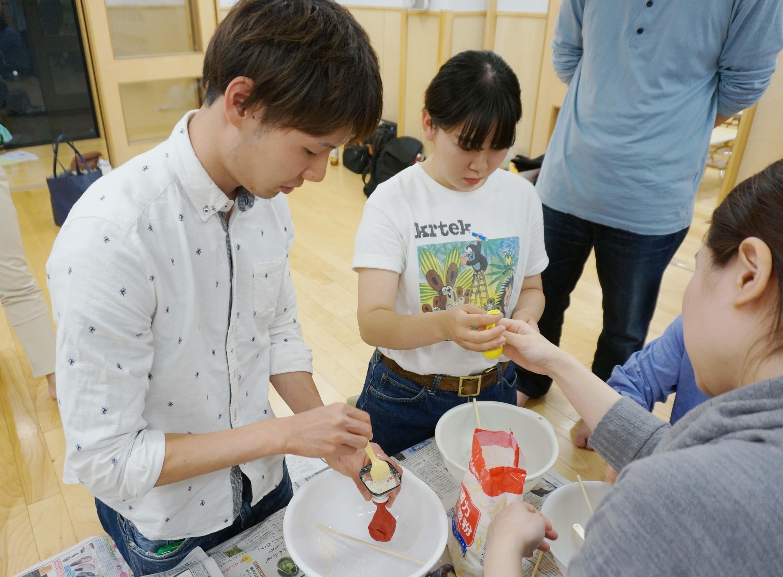 小麦粉で感触遊びのグッズを作る職員