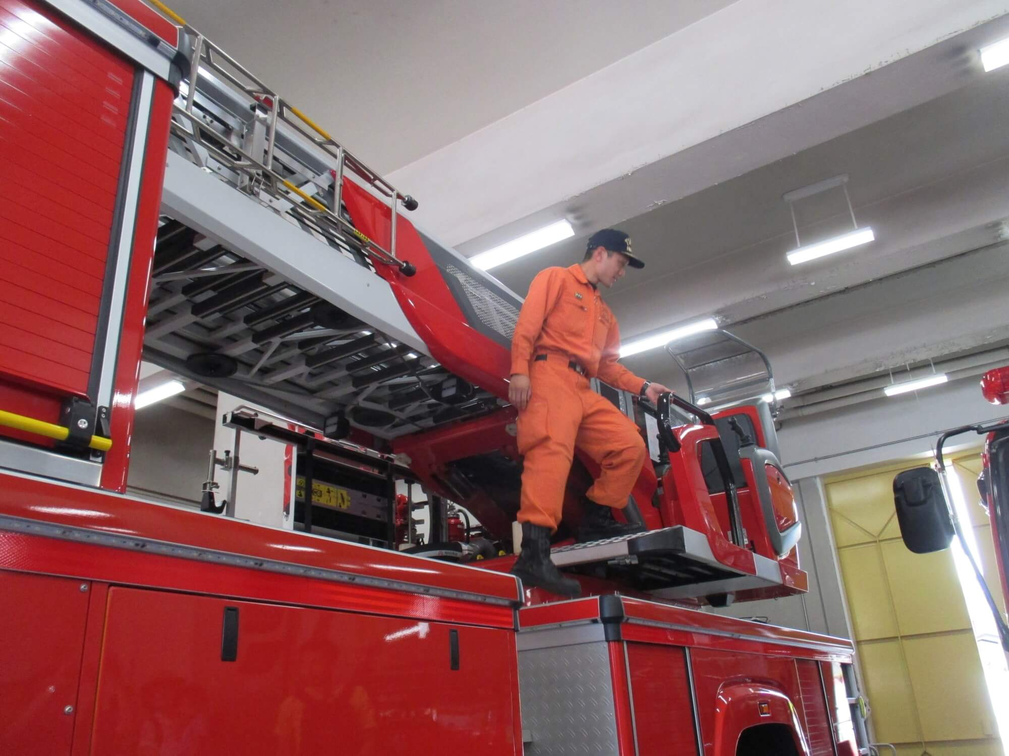 消防車について説明をする消防士