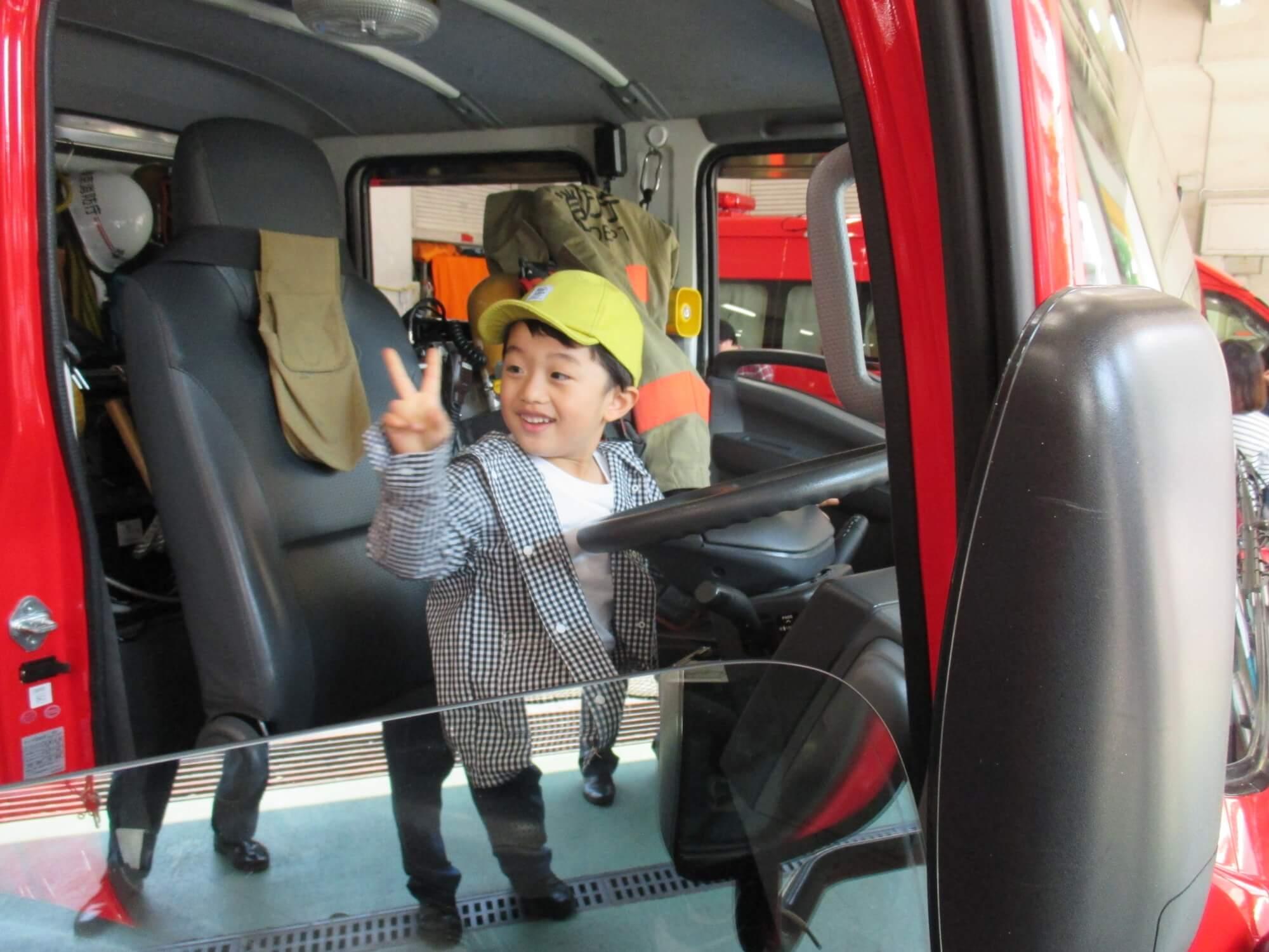 消防車の乗車体験をする男児