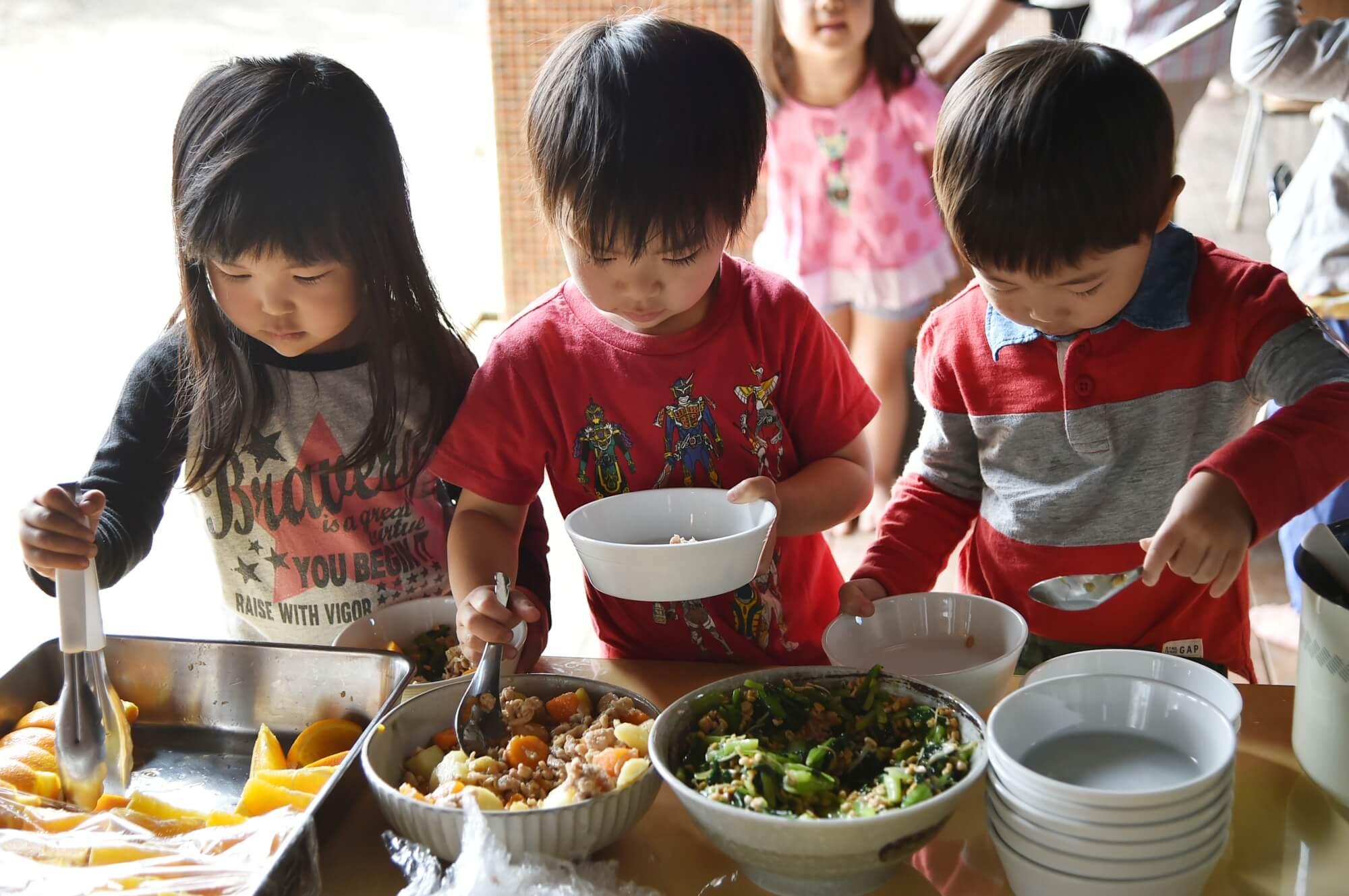 食事を自分で盛りつける子どもたち