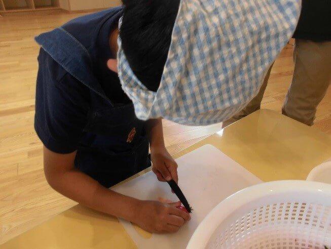 包丁でいちごを切る男児