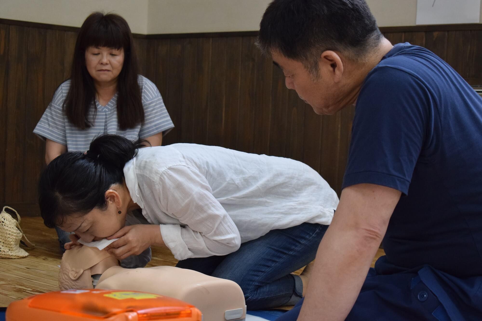 指導を受けながら人工呼吸を行う参加者