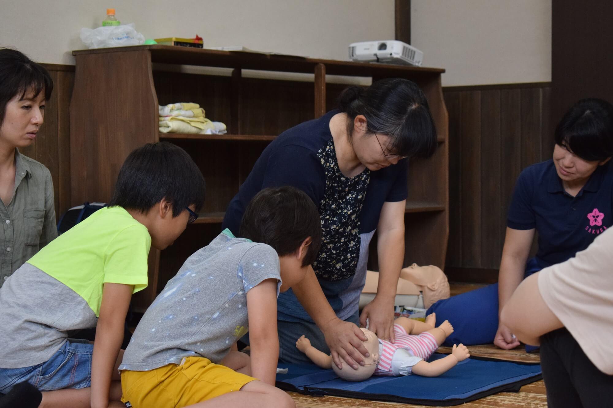 乳児への心臓マッサージは力加減が難しい