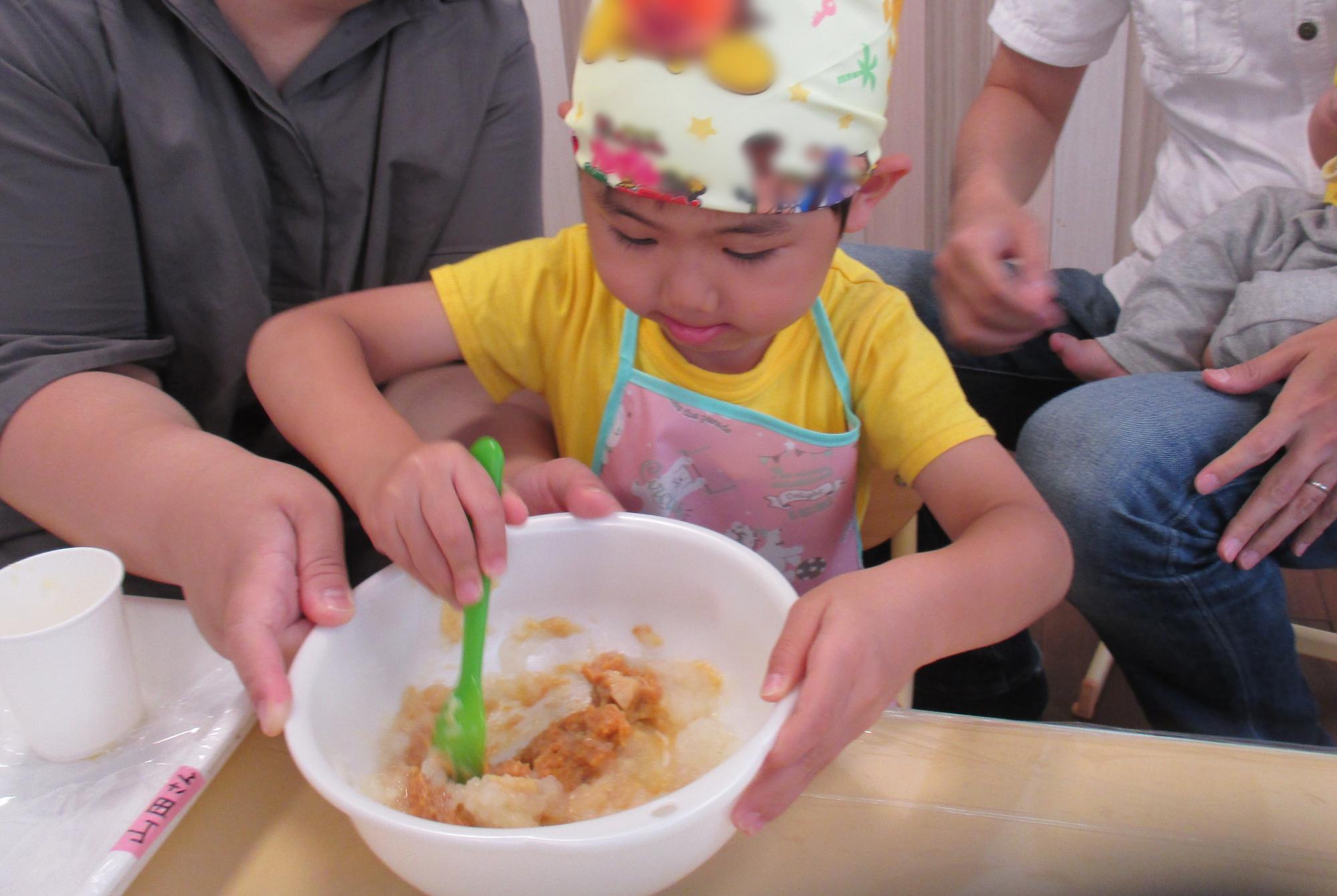 お味噌を混ぜる子供