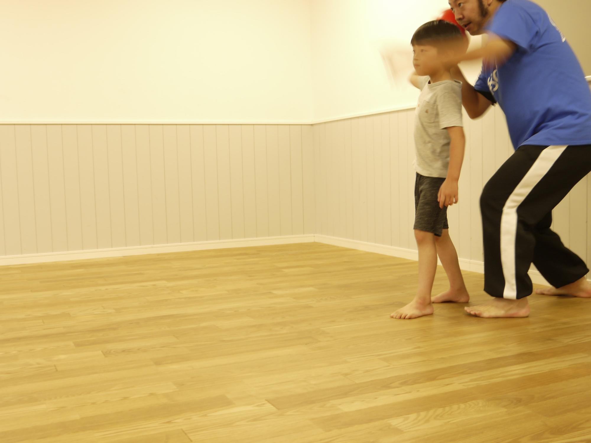 ボールの投げ方を教わる子ども