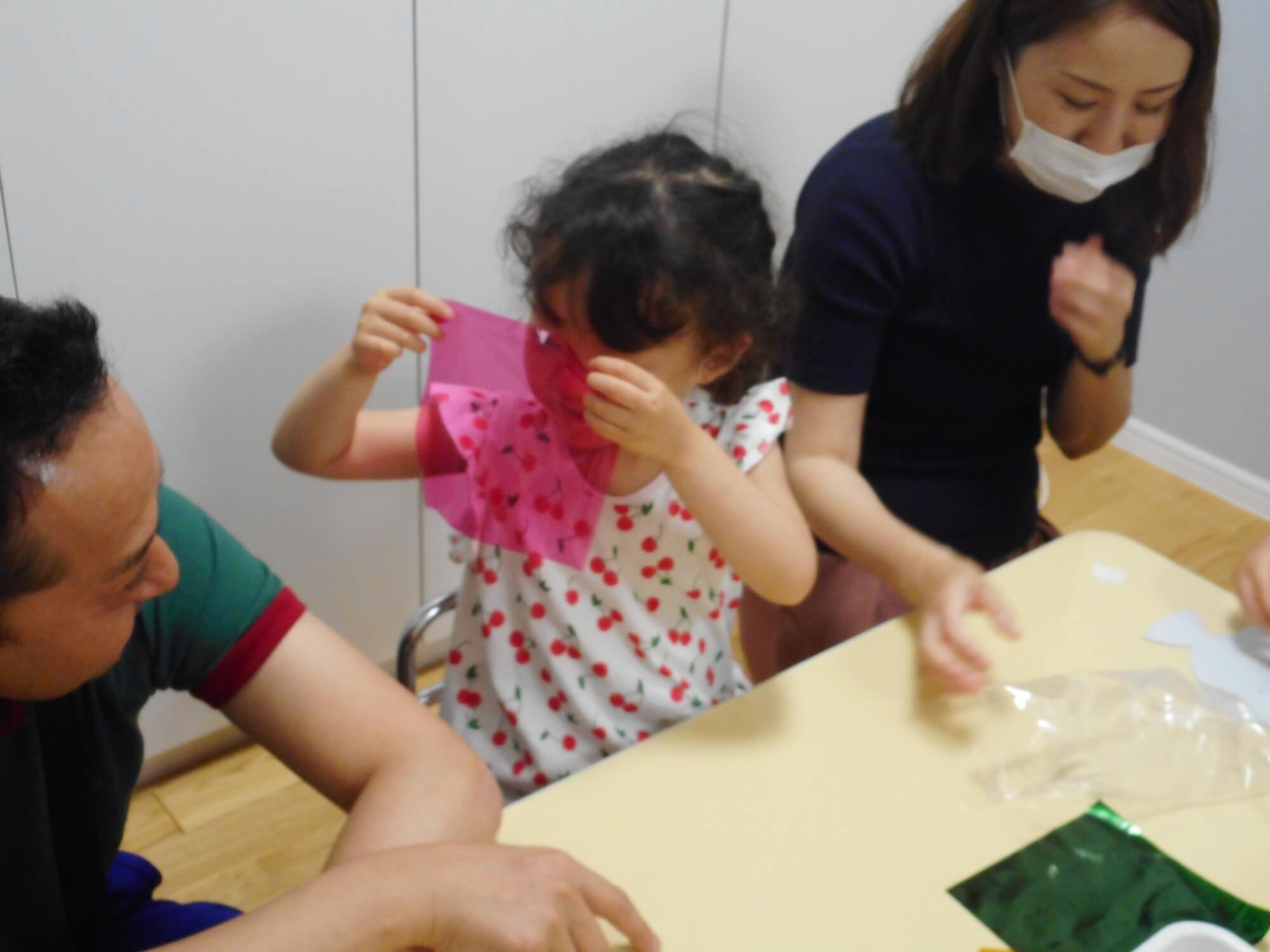 カラーセロハンで制作する子ども