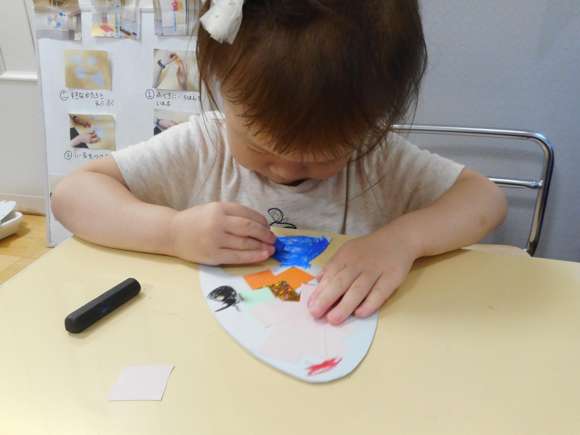クレヨンで絵を描く子ども