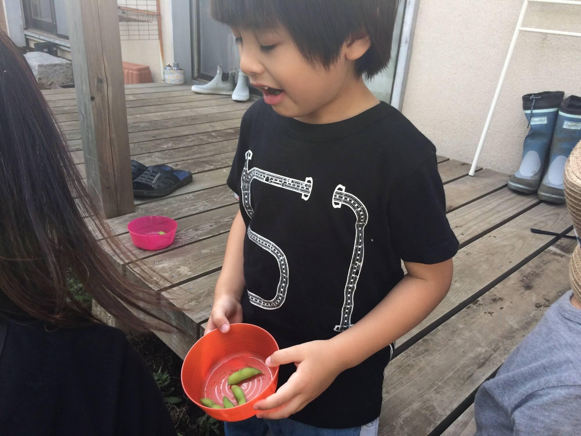 枝豆を口に入れてみた子ども