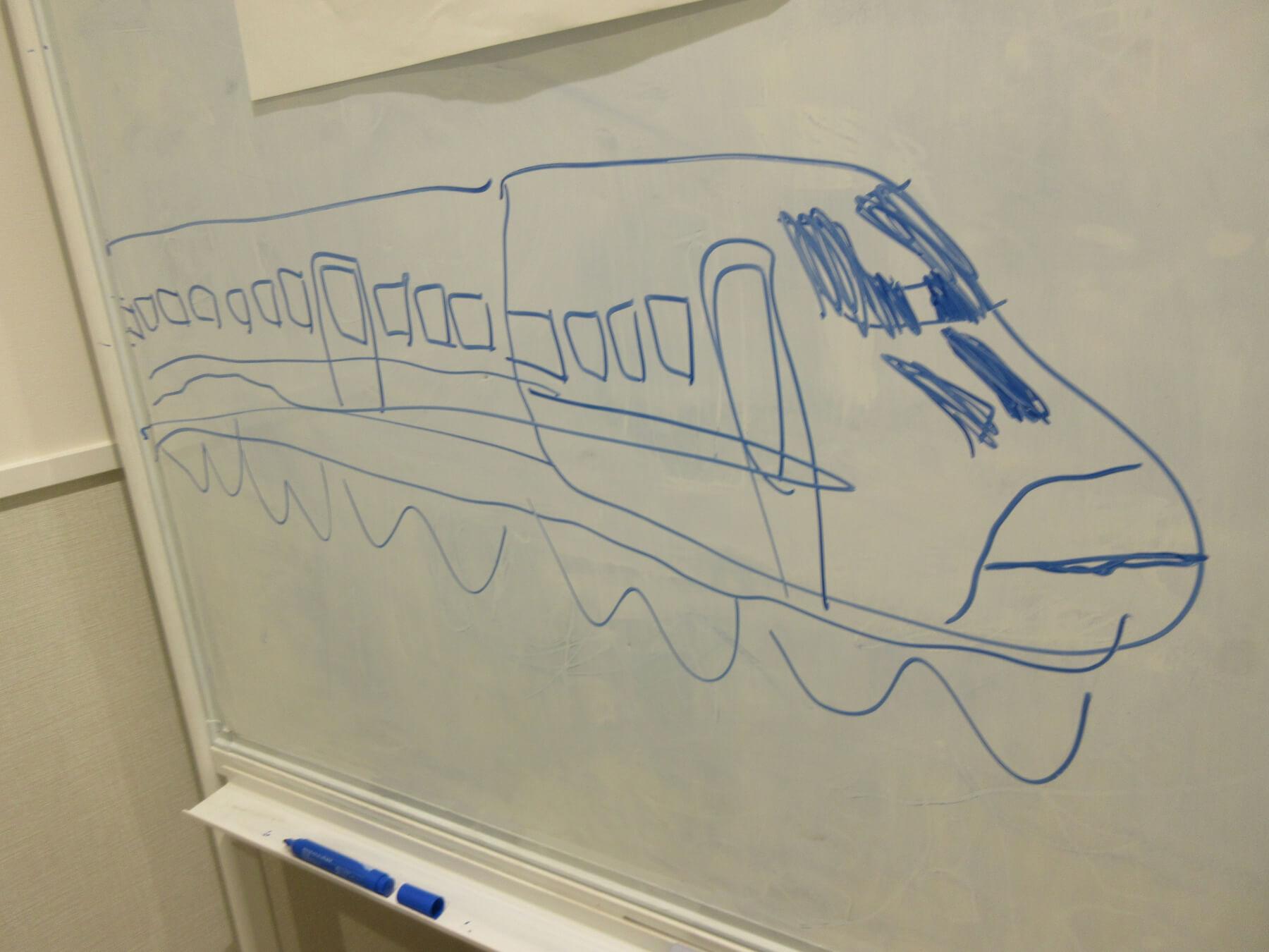 ホワイトボードに書かれた新幹線の絵