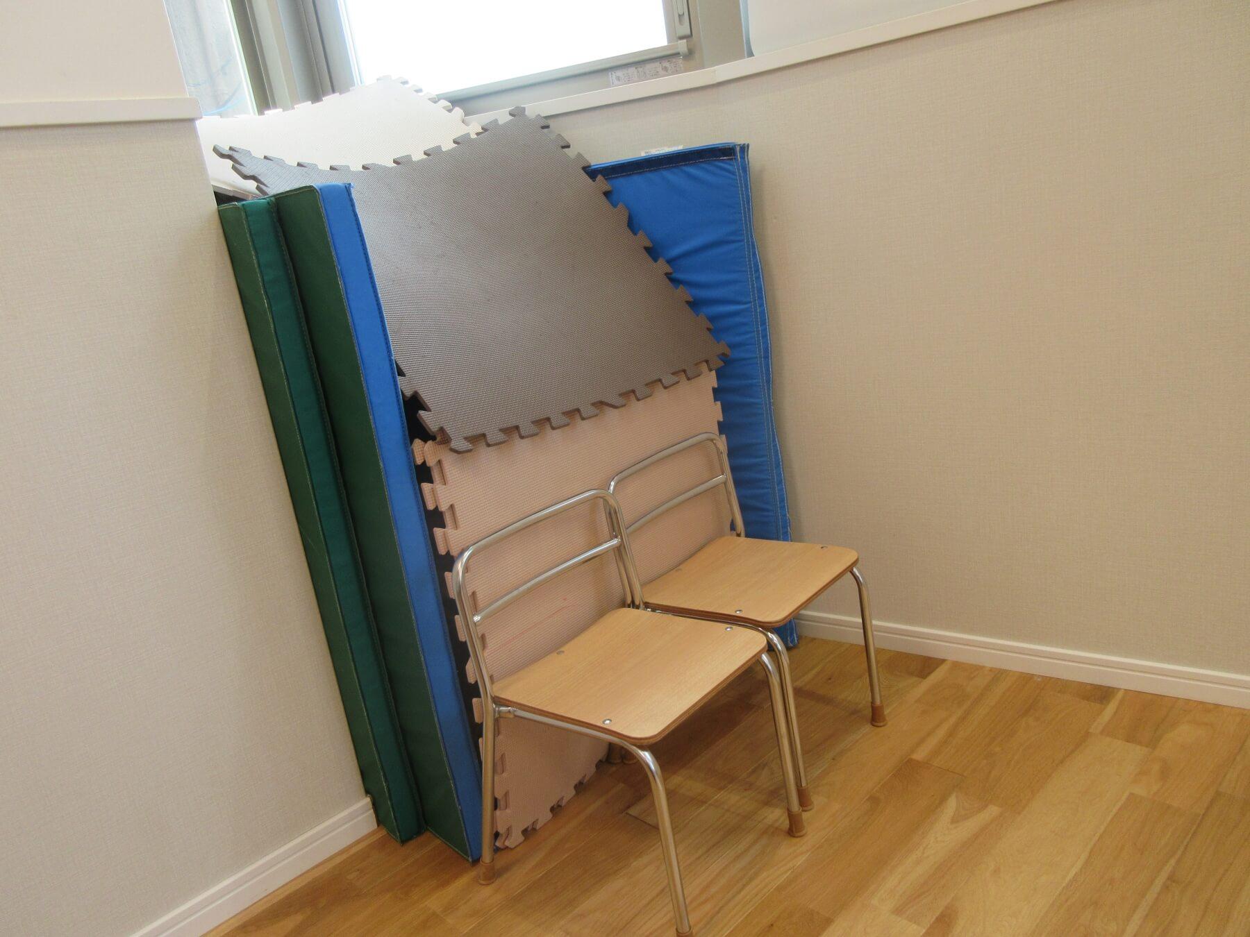 マットや椅子で囲った秘密基地
