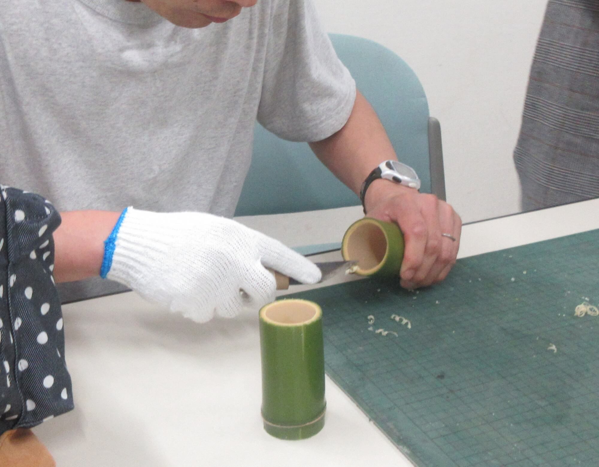竹湯呑にやすりをかける大人