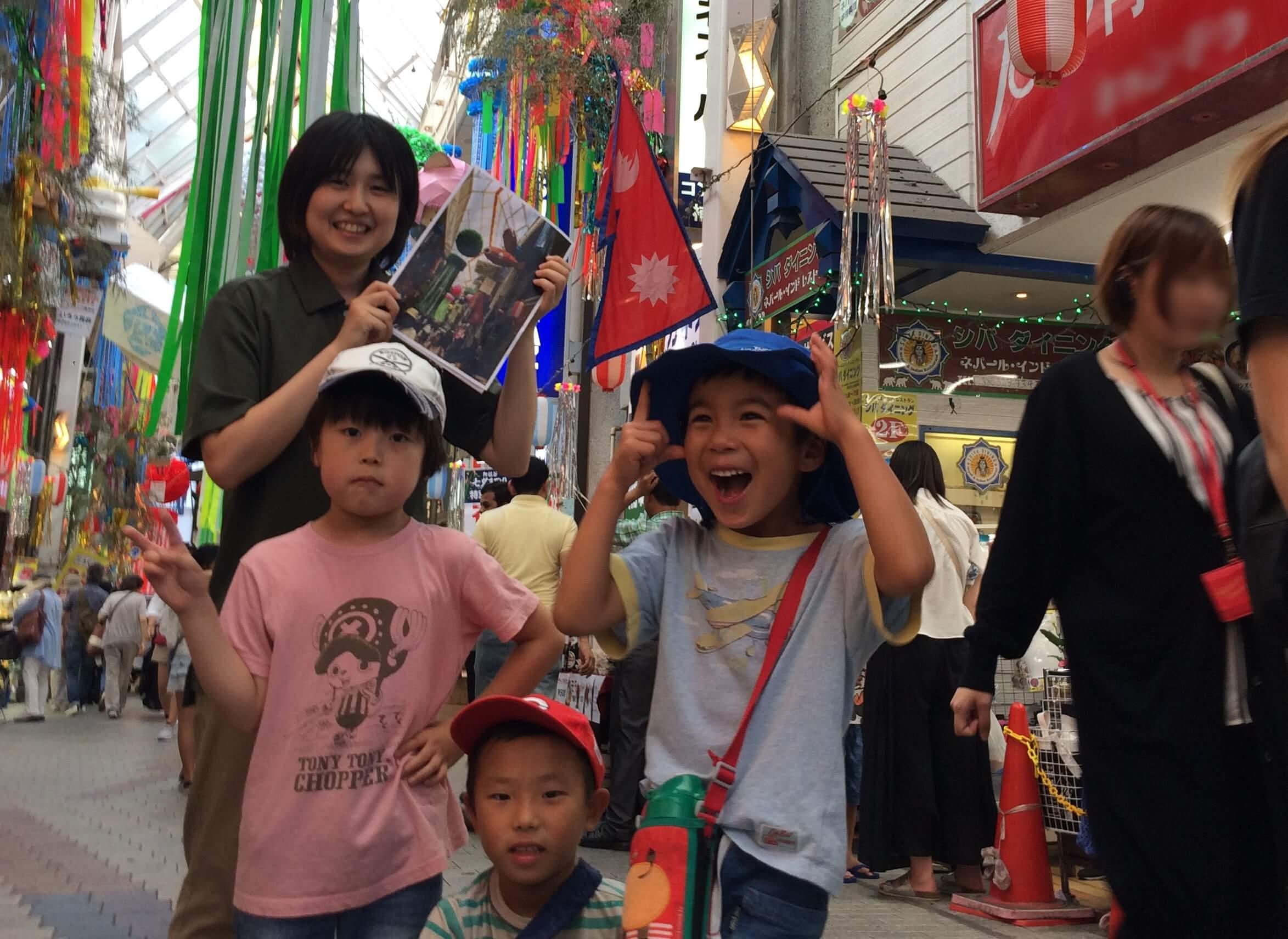 ハリボテの前で記念撮影する職員と子どもたち