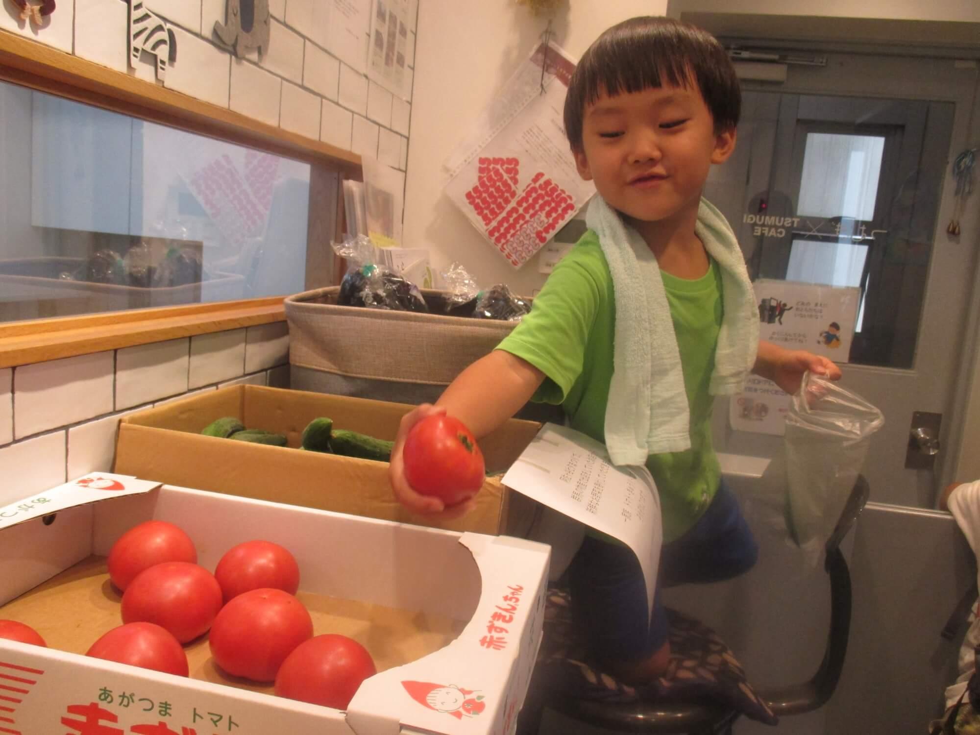 トマトを選ぶ子ども