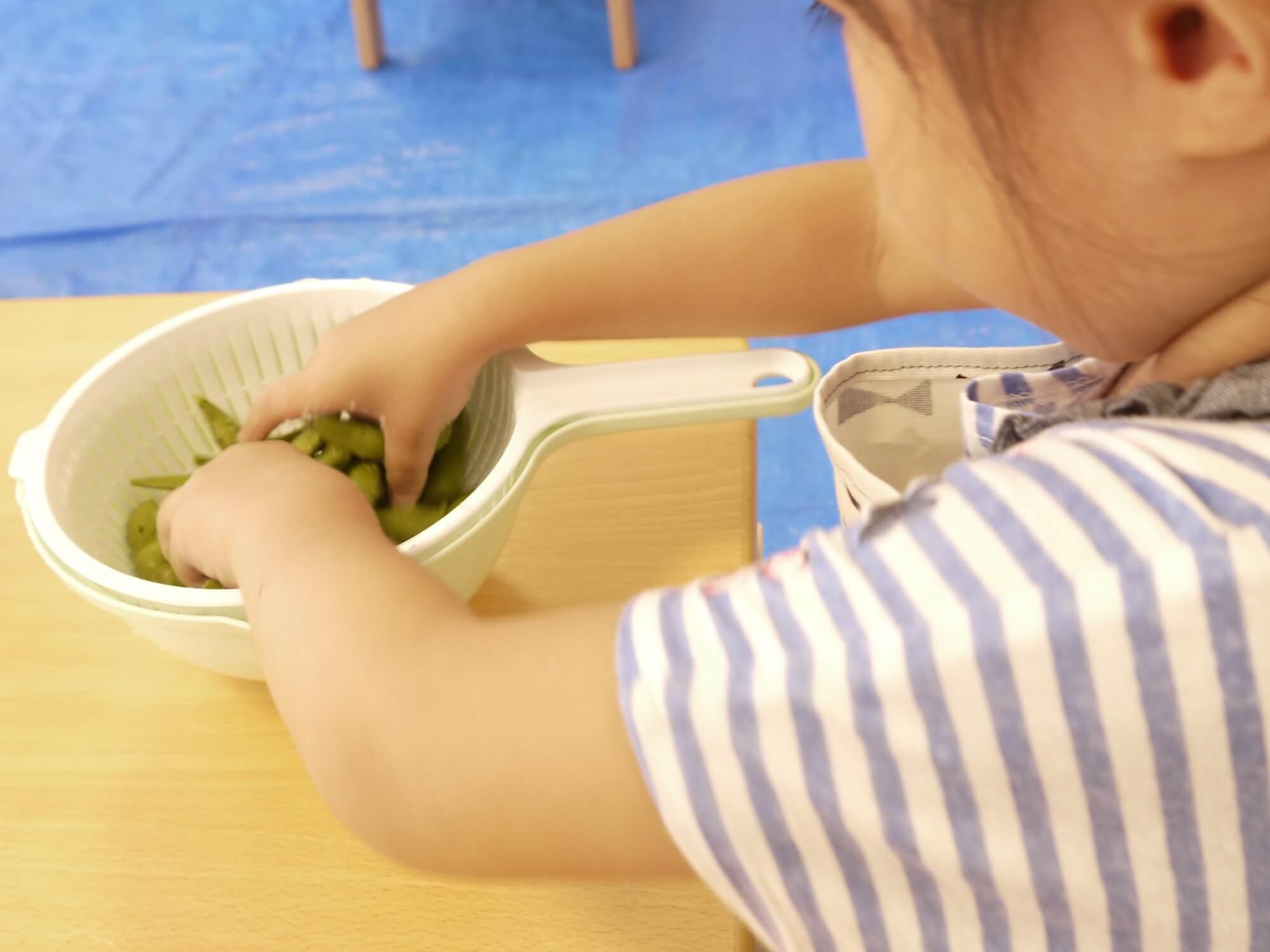 枝豆の塩もみをする子ども