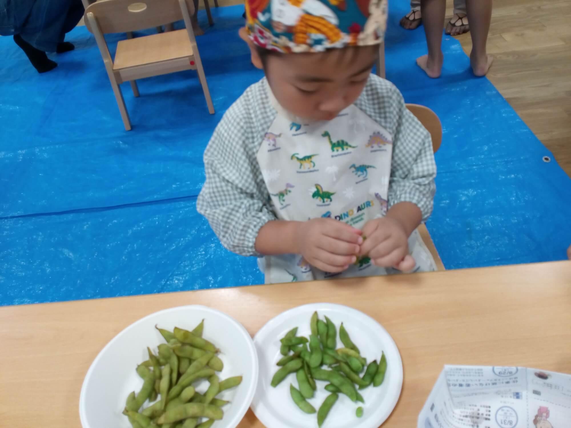 枝豆を食べる子ども