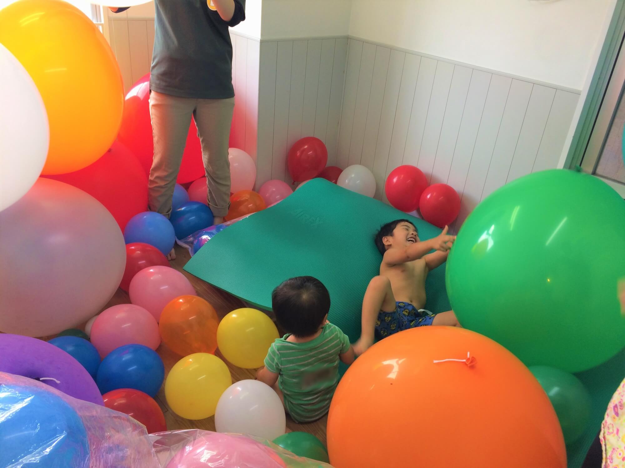 風船プールで遊ぶ子どもたち