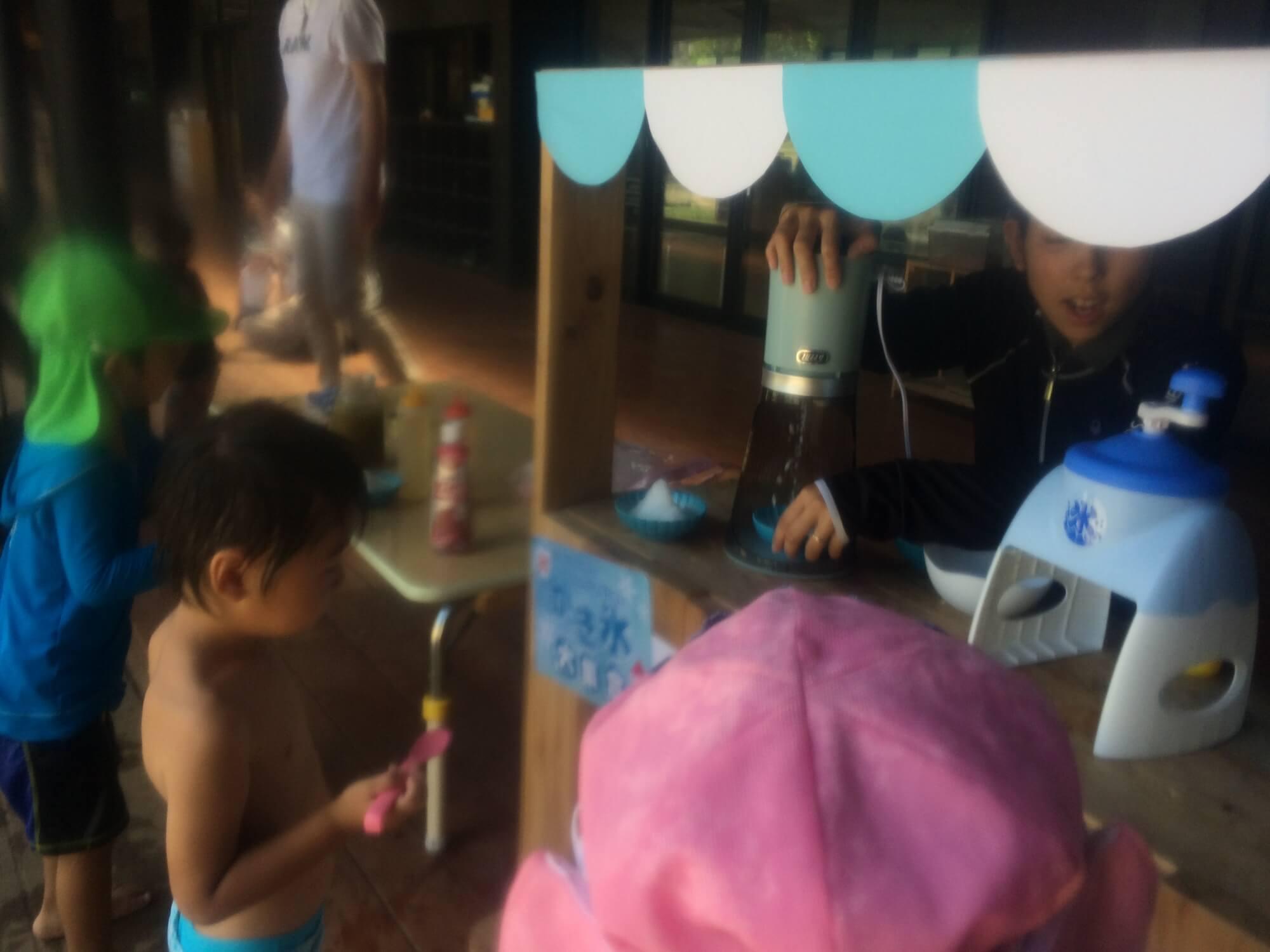 かき氷を食べる子どもたち