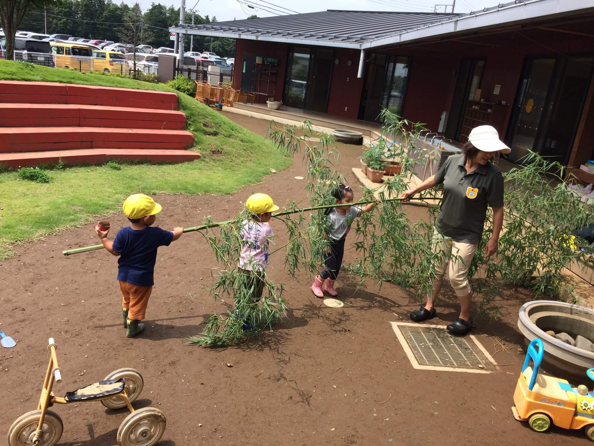 笹を運ぶ園児たち