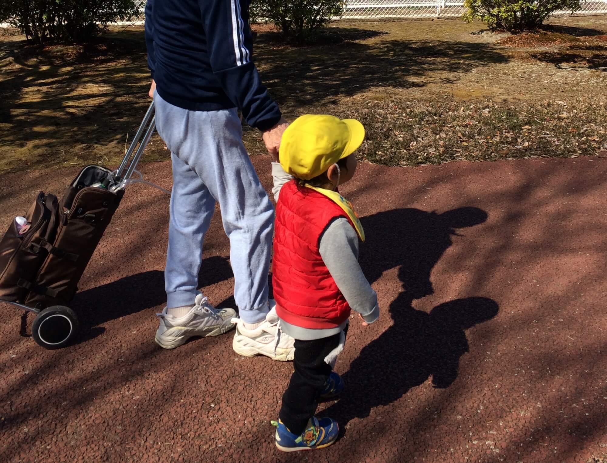 ケアセンターの利用者と散歩する園児