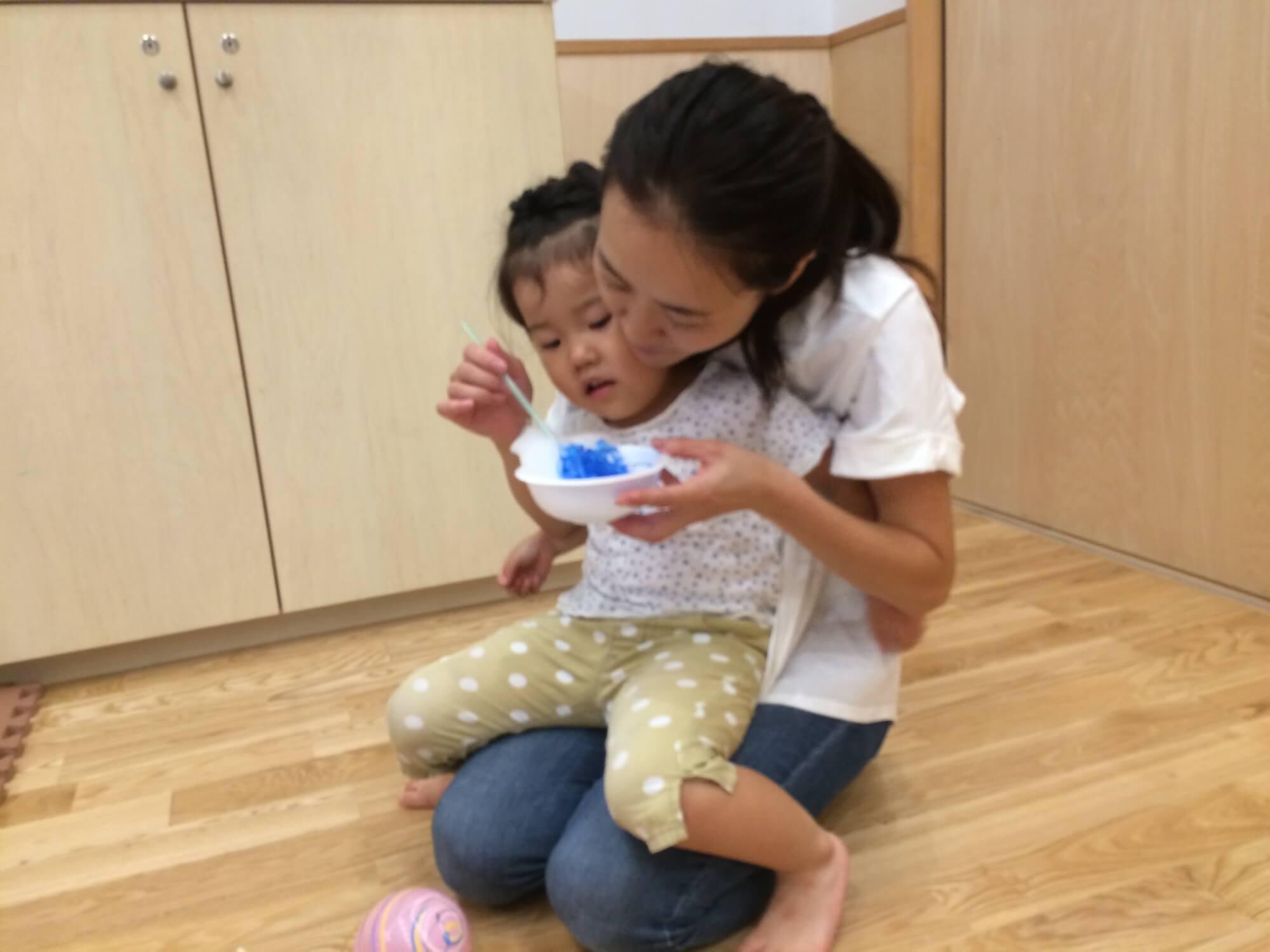 かき氷を食べる親子