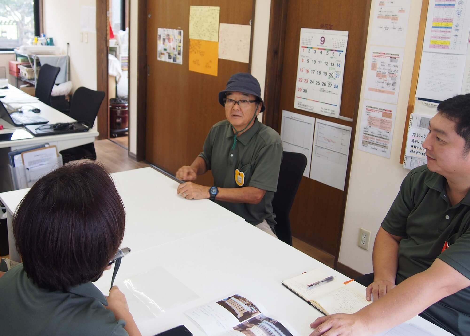 用務の石川さん(写真中央)を交えて何を作るかを話し合う