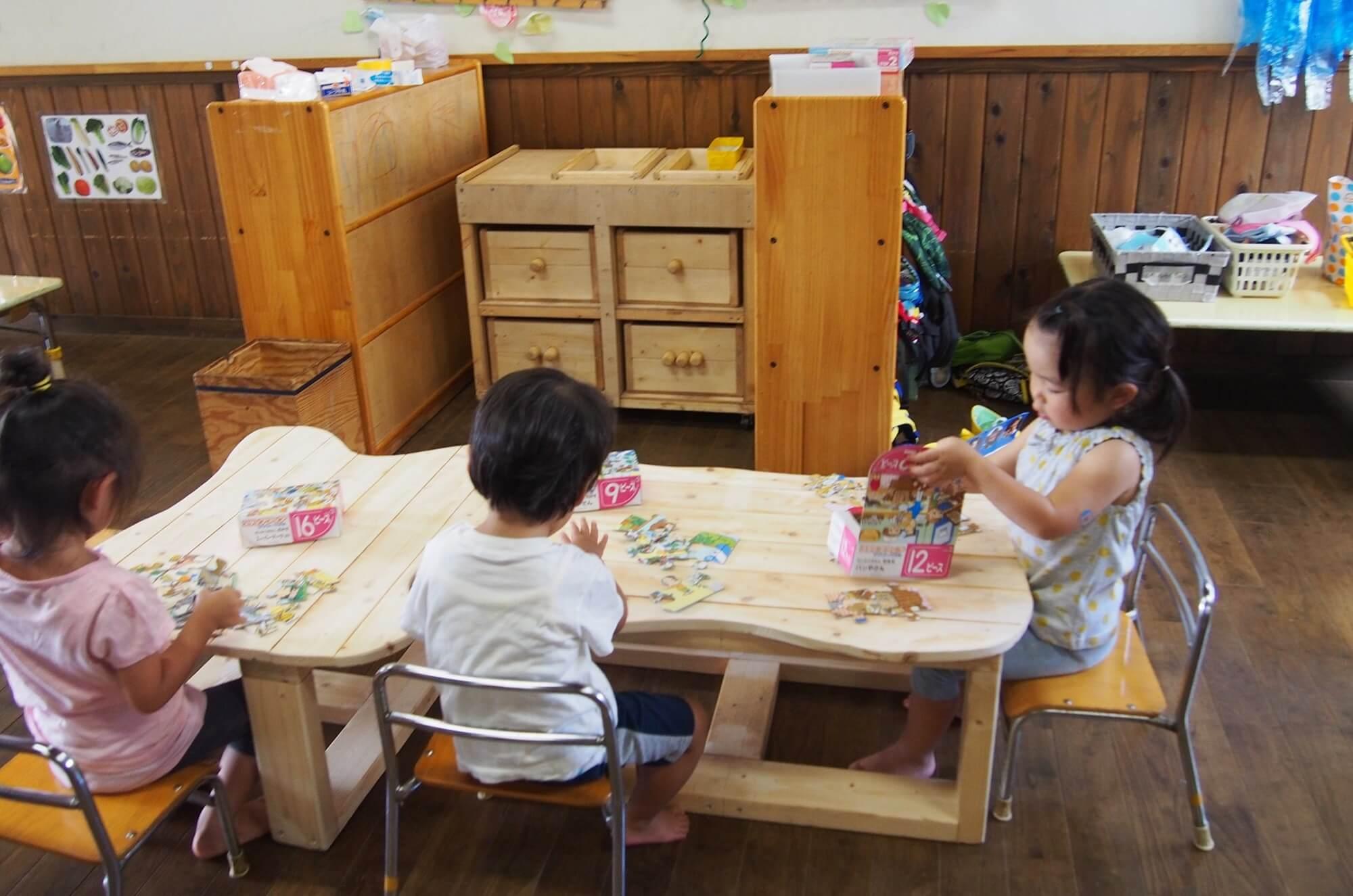 2・3歳児用の作業机は角を丸くし、作業台の高さも低く。