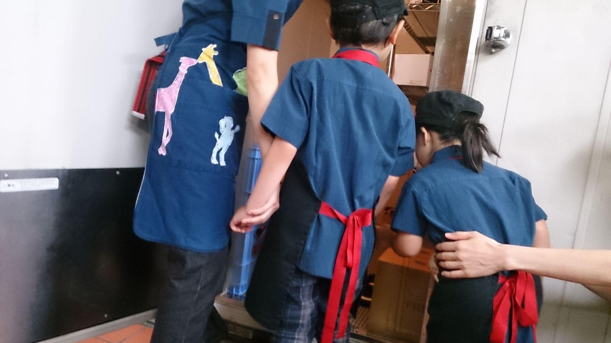 冷蔵庫の中を覗き込む子どもたち