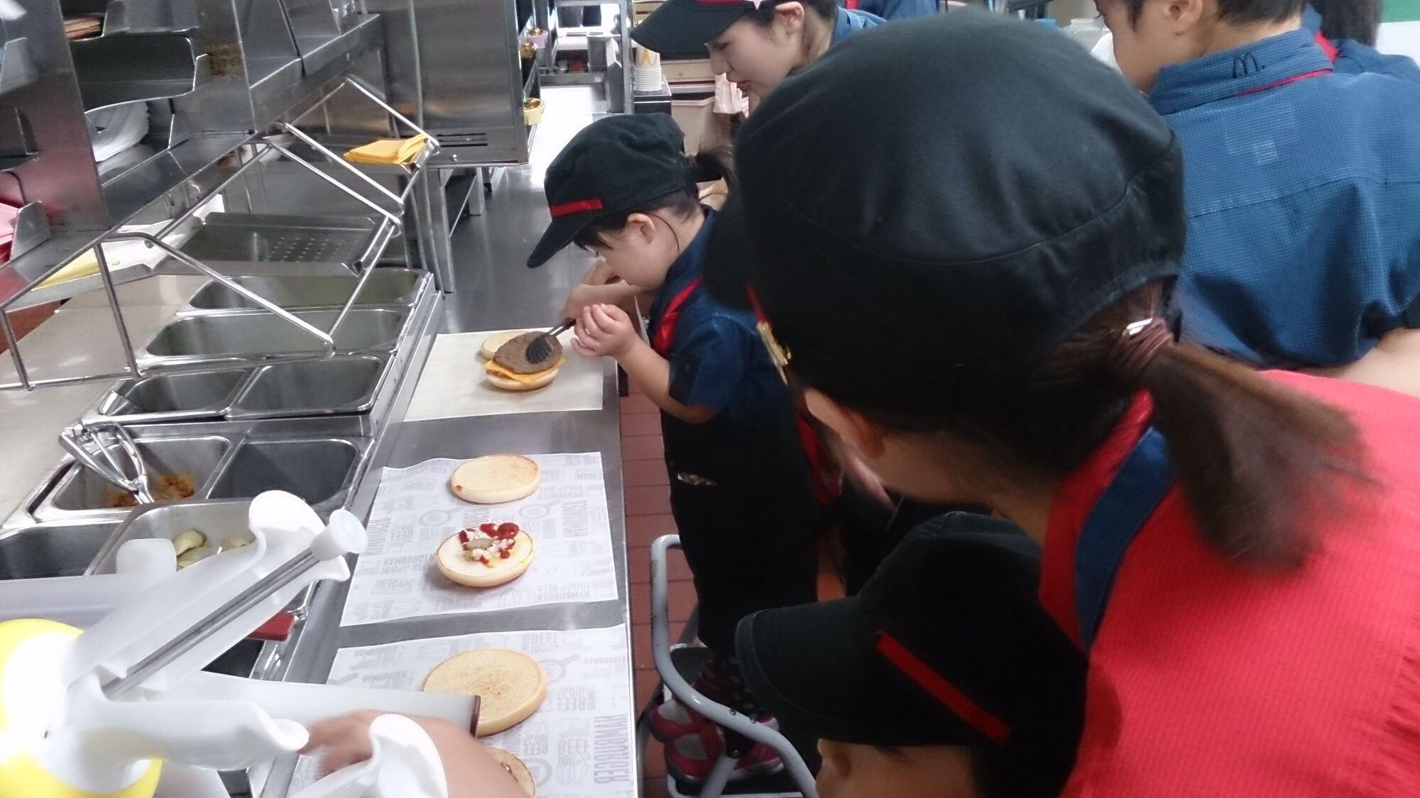 ハンバーガーを作る子ども