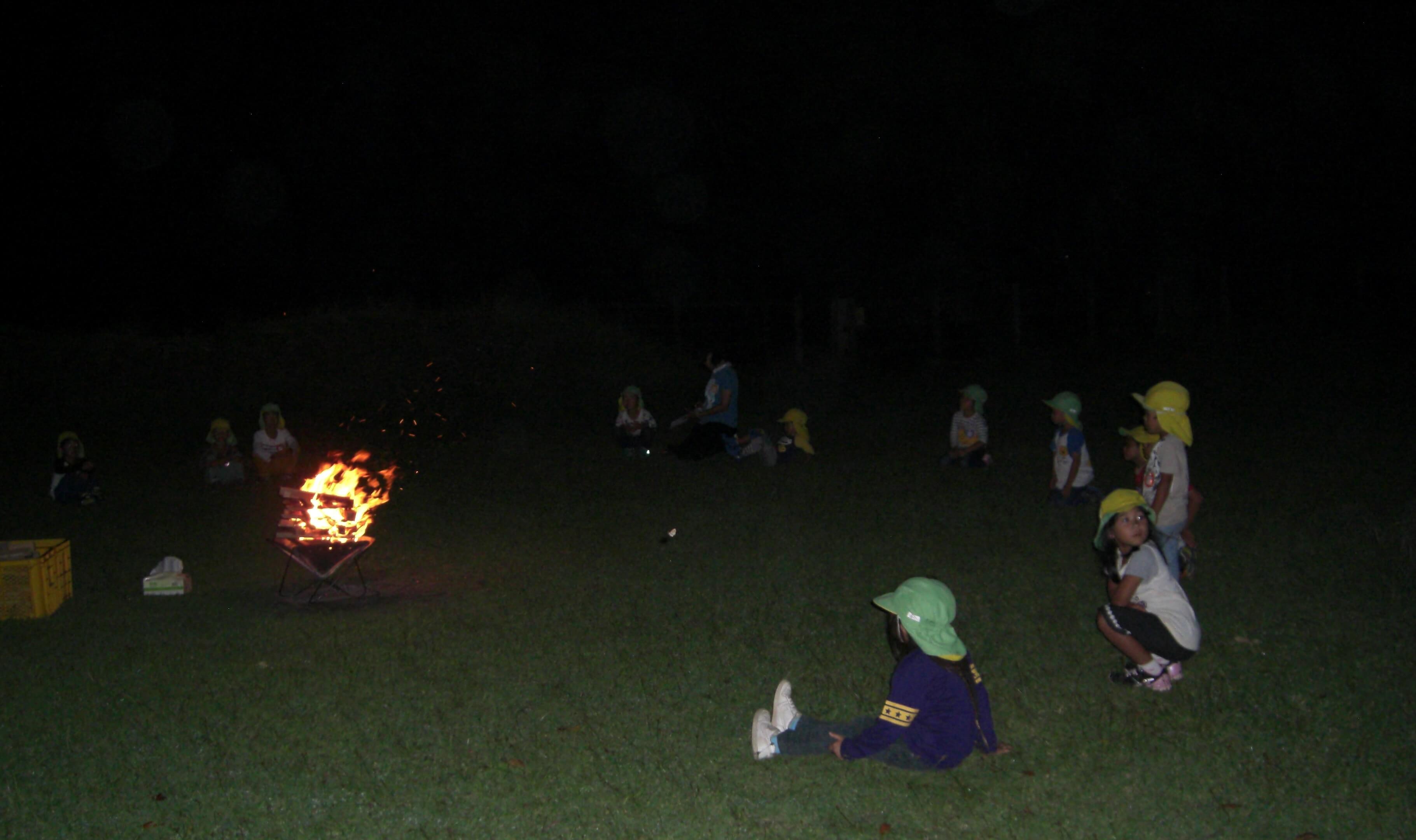 キャンプファイヤーでは真っ暗な中で火の神秘を感じて。