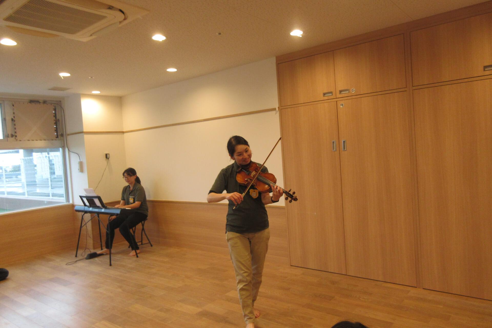 楽器を演奏する職員