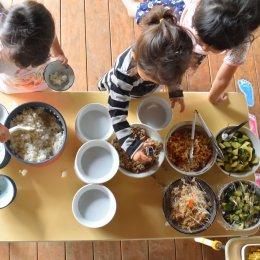 給食を盛り付ける子どもたち