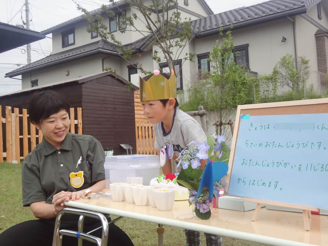 石田さん(左)。お誕生会の様子